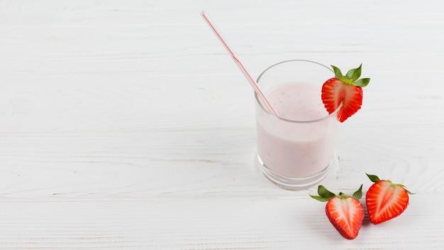 Milkshake de morango em vidro