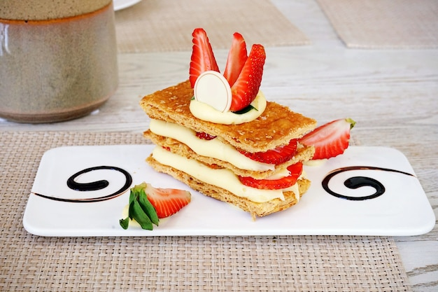 Mille-feuille, sobremesas francesas, é uma pilha de crosta de torta, creme de leite e morango fresco