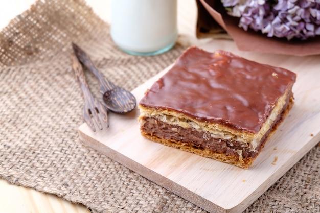 Millefeuille chocolat em fundo de madeira