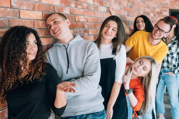 Millennials começando a carreira profissional. jovens candidatos na fila à espera de entrevista