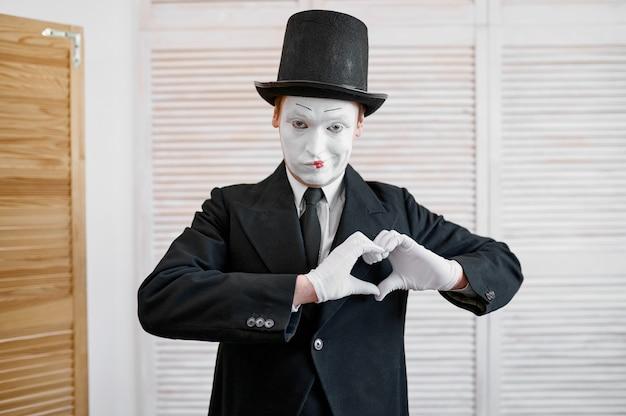 Mímico masculino, gesto de amor e coração, paródia