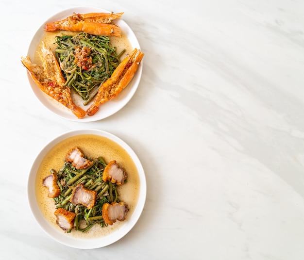 Mimosa de água frita com barriga de porco crocante e camarões do rio no prato