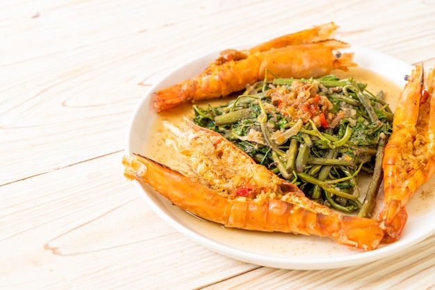 Mimosa de água frita com camarão do rio no prato