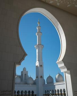 Minarete branco emoldurado da mesquita