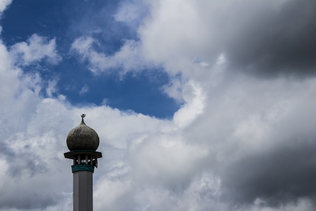 Minarete com nuvens ao fundo