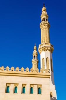 Minaretes da mesquita zabeel em dubai, emirados árabes unidos