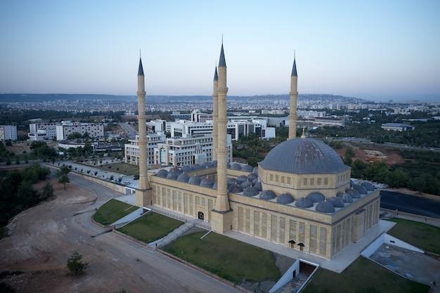 Minaretes e cúpulas da mesquita azul na turquia. paisagem urbana pitoresca em segundo plano. vista de cima.