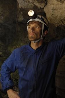 Mineiro dentro de uma mina
