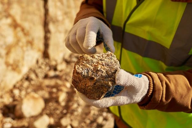 Mineiro, segurando, pedaço mineral
