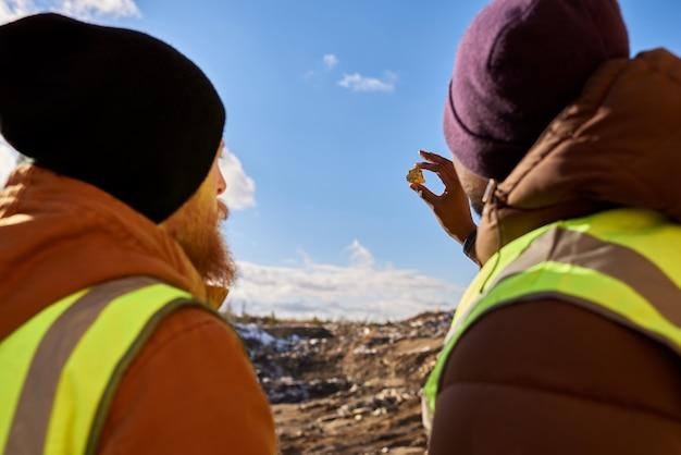 Mineiros, inspecionando minerais, vista traseira