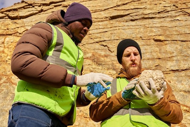 Mineiros, inspecionando terras procurando minerais