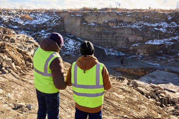 Mineiros no local da escavação