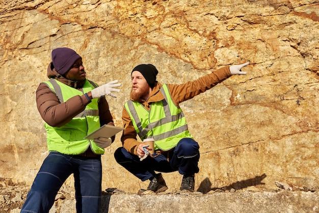 Mineiros trabalhando no local da escavação