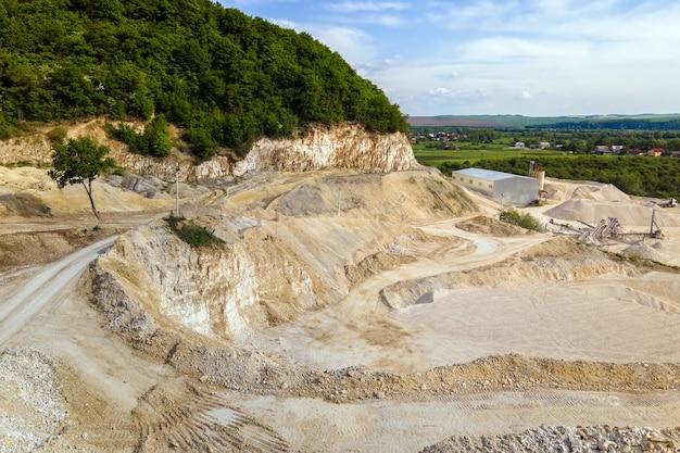 Mineração a céu aberto de materiais de pedra e areia de construção.
