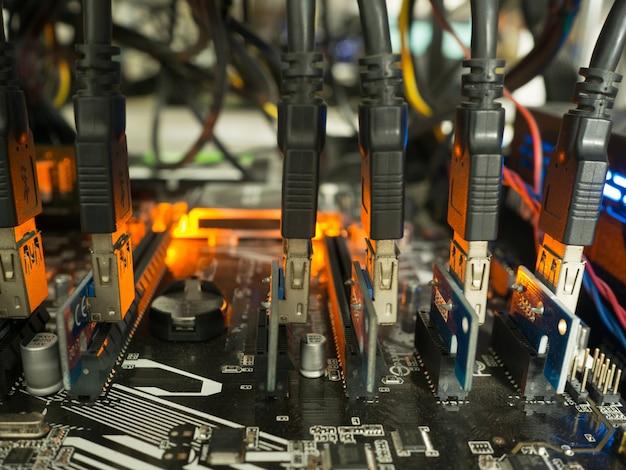Mineração da moeda de digitas do equipamento da mineração de bitcoin, riso do foco no cartão-matriz.