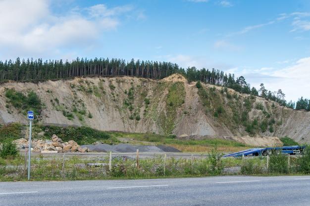 Mineração de betume na pedreira, norte da noruega