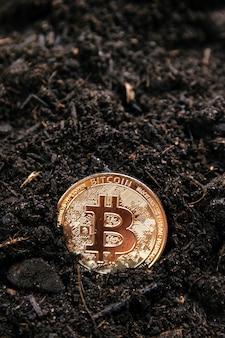 Mineração de bitcoin dourado. conceito de criptomoedas