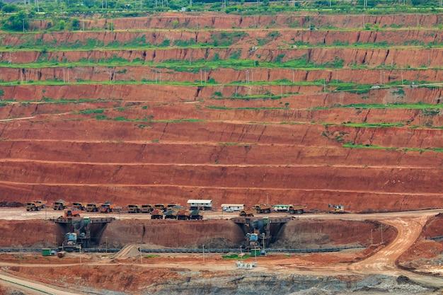 Mineração de carvão. o caminhão transportando carvão, tailândia.