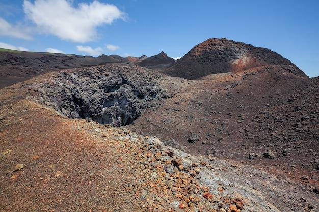 Minerais coloridos na cratera do vulcão