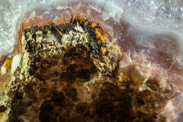 Mineral de calcedônia com cristais de quartzo.