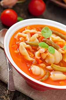 Minestrone, sopa de legumes italiana com macarrão