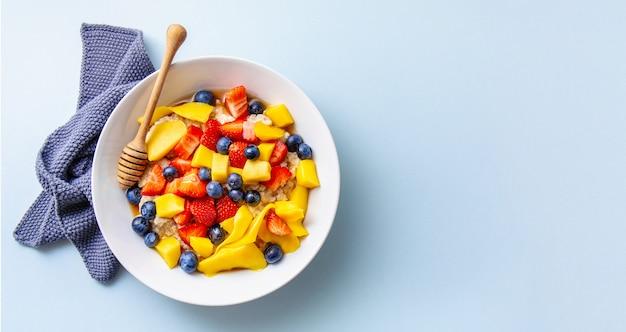 Mingau caseiro servido com frutas e bagas