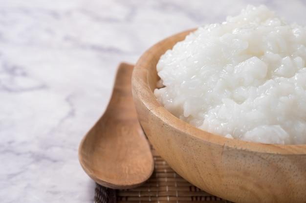 Mingau de arroz ou mingau de arroz em uma tigela de madeira