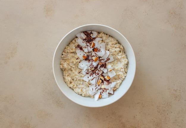 Mingau de aveia com amêndoas, coco e chocolate. alimentação saudável. comida vegetariana. café da manhã. dieta.