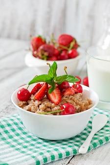 Mingau de aveia com frutas em uma tigela branca