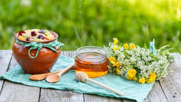 Mingau de aveia com mel em um piquenique.