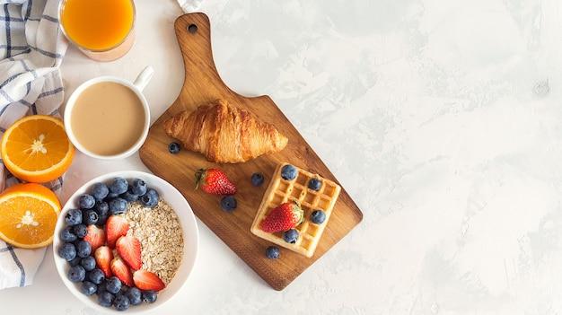 Mingau de aveia cortado aço com frutas frescas e café no café da manhã. copyspace