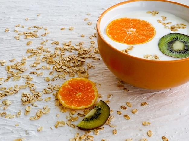 Mingau de aveia no leite com mandarim e kiwi