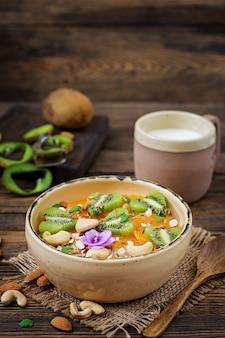 Mingau de aveia saboroso e saudável com frutas, bagas e nozes. café da manhã saudável. comida de fitness. nutrição apropriada
