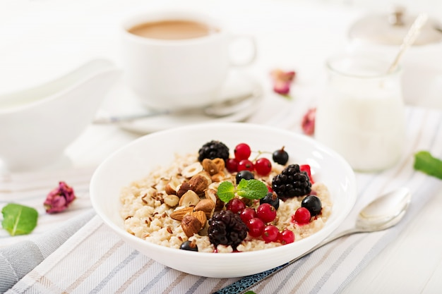 Mingau de aveia saboroso e saudável com frutas, sementes de linho e nozes. café da manhã saudável. comida de fitness. nutrição apropriada.