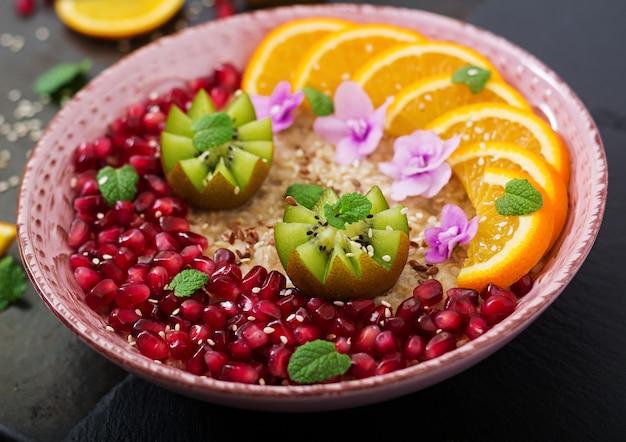 Mingau de aveia saboroso e saudável com sementes de frutas, bagas e linho. café da manhã saudável. comida de fitness. nutrição apropriada.