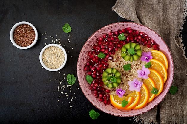 Mingau de aveia saboroso e saudável com sementes de frutas, bagas e linho. café da manhã saudável. comida de fitness.