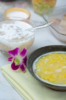 Mingau de feijão mungo doce com receita de leite de coco (tao suan).