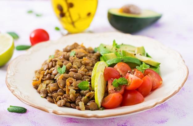 Mingau de lentilha e legumes frescos