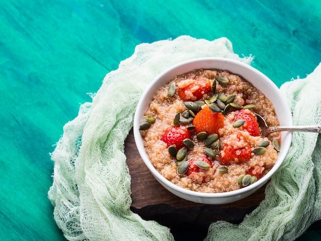 Mingau de quinoa com morangos na tigela