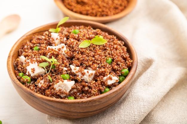 Mingau de quinua com ervilha e frango em tigela de madeira
