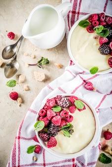 Mingau de sêmola com frutas frescas