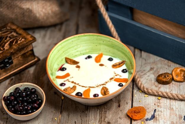 Mingau de sêmola com frutas secas e canela