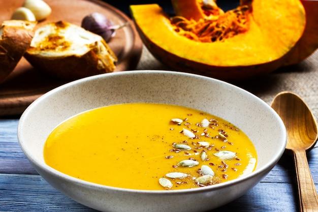 Mingau de sopa de creme de abóbora alimentação saudável outono natureza morta