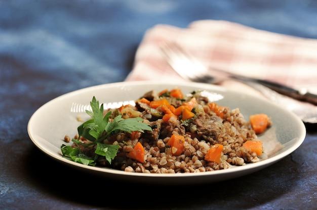Mingau de trigo sarraceno com carne cozida e cenoura