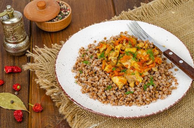 Mingau de trigo sarraceno com carne e vegetais