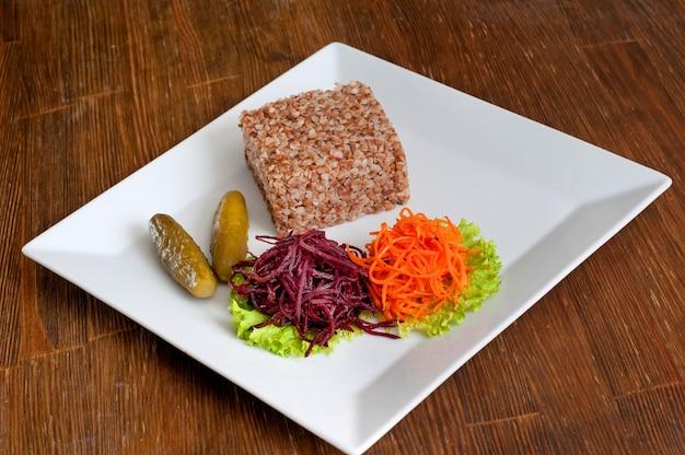 Mingau de trigo sarraceno com cenoura ralada, beterraba e pepino em conserva