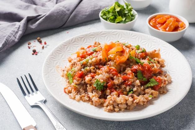 Mingau de trigo sarraceno com conservas de tomate e pimenta.