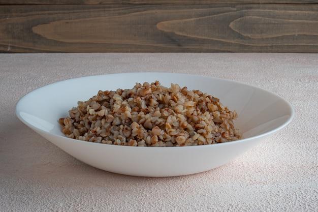 Mingau de trigo sarraceno em um prato branco