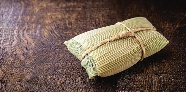 Mingau, milho doce embrulhado em palha seca, comum nas festas rurais de junho