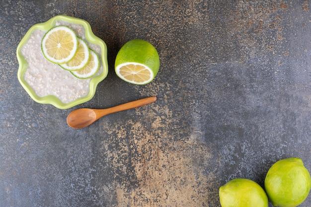 Mingau muesli com rodelas de limão em prato verde
